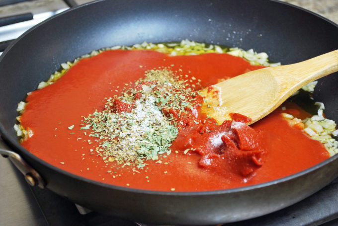 An easy homemade pizza sauce recipe for the perfect pizza from scratch!