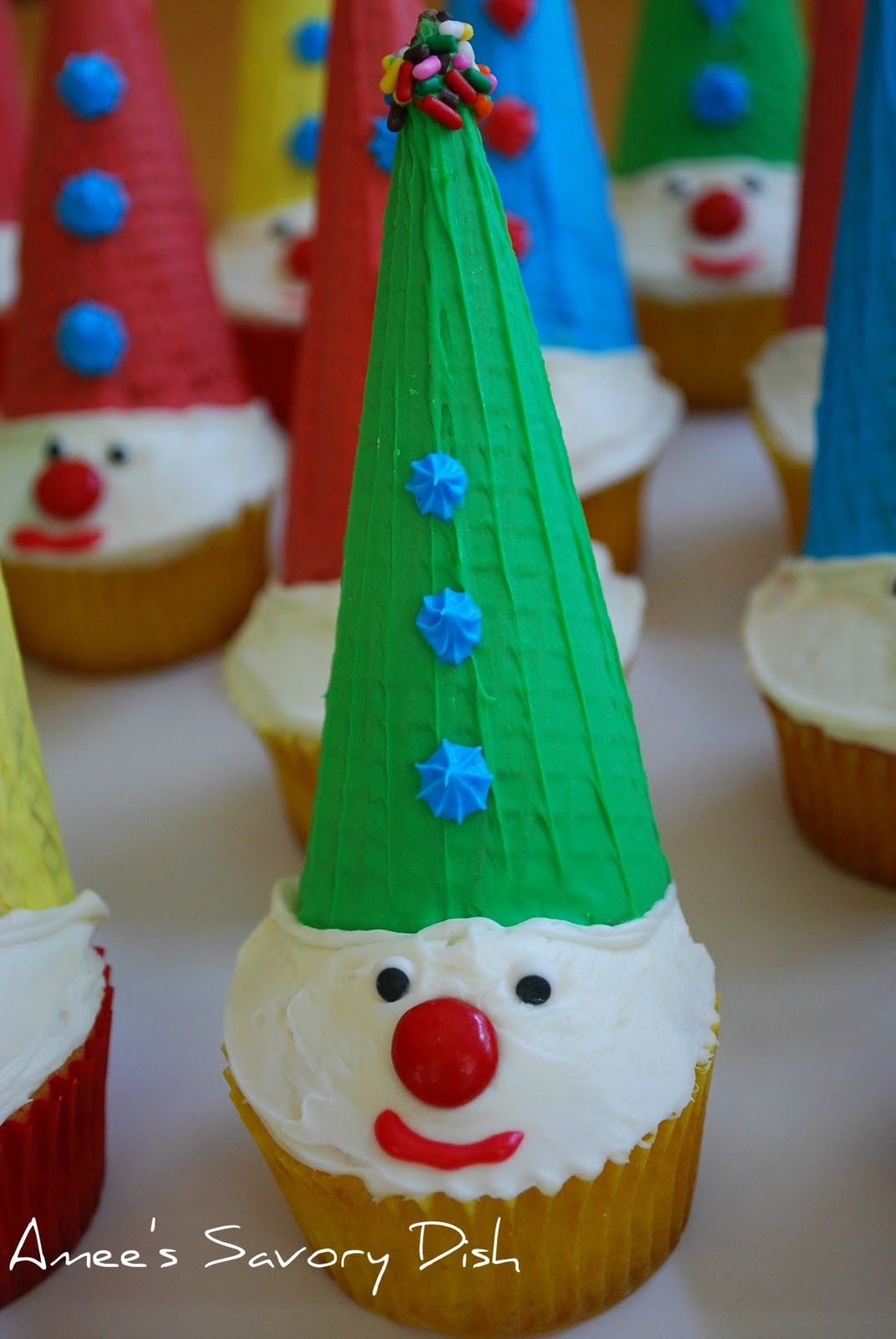 adorable carnival clown cupcakes for kids