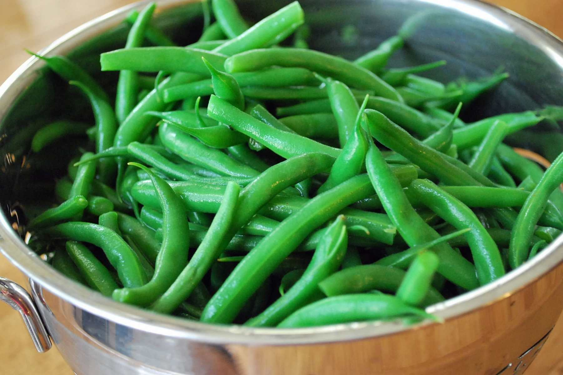 blanched green beans in a colander
