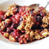 Berry crumble in a bowl
